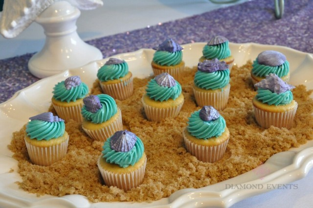 Mini cupcakes with seashells